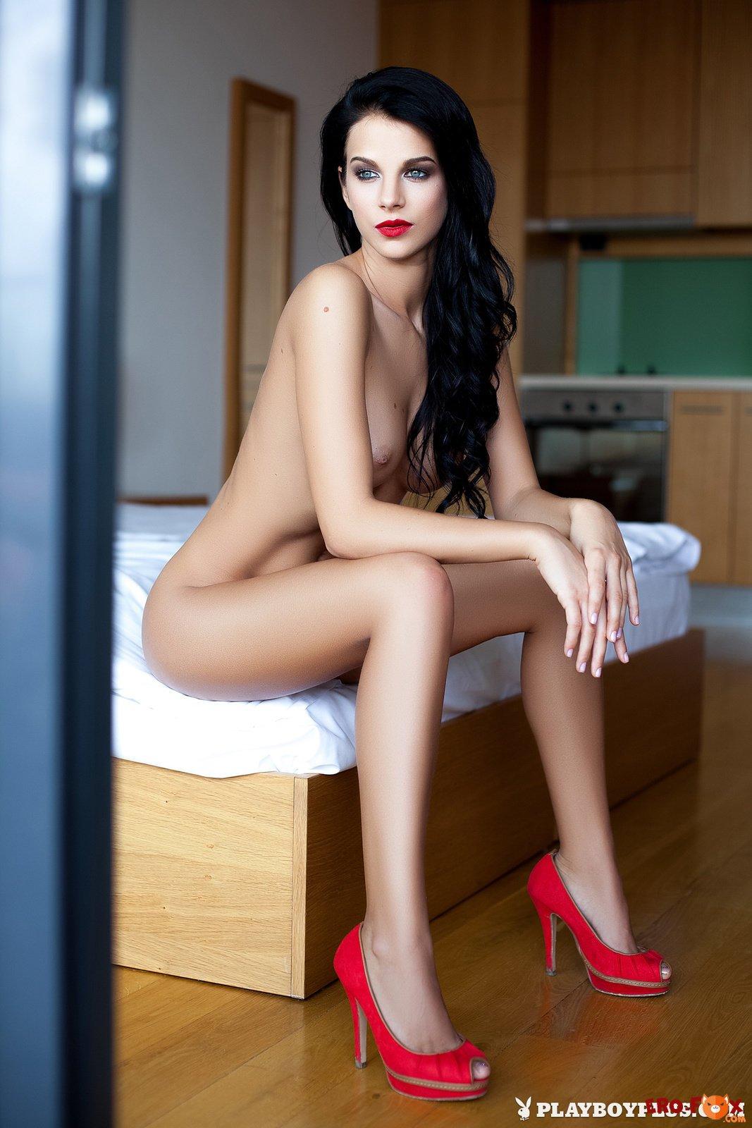 Красивая голая брюнетка с большой упругой грудью - фото.