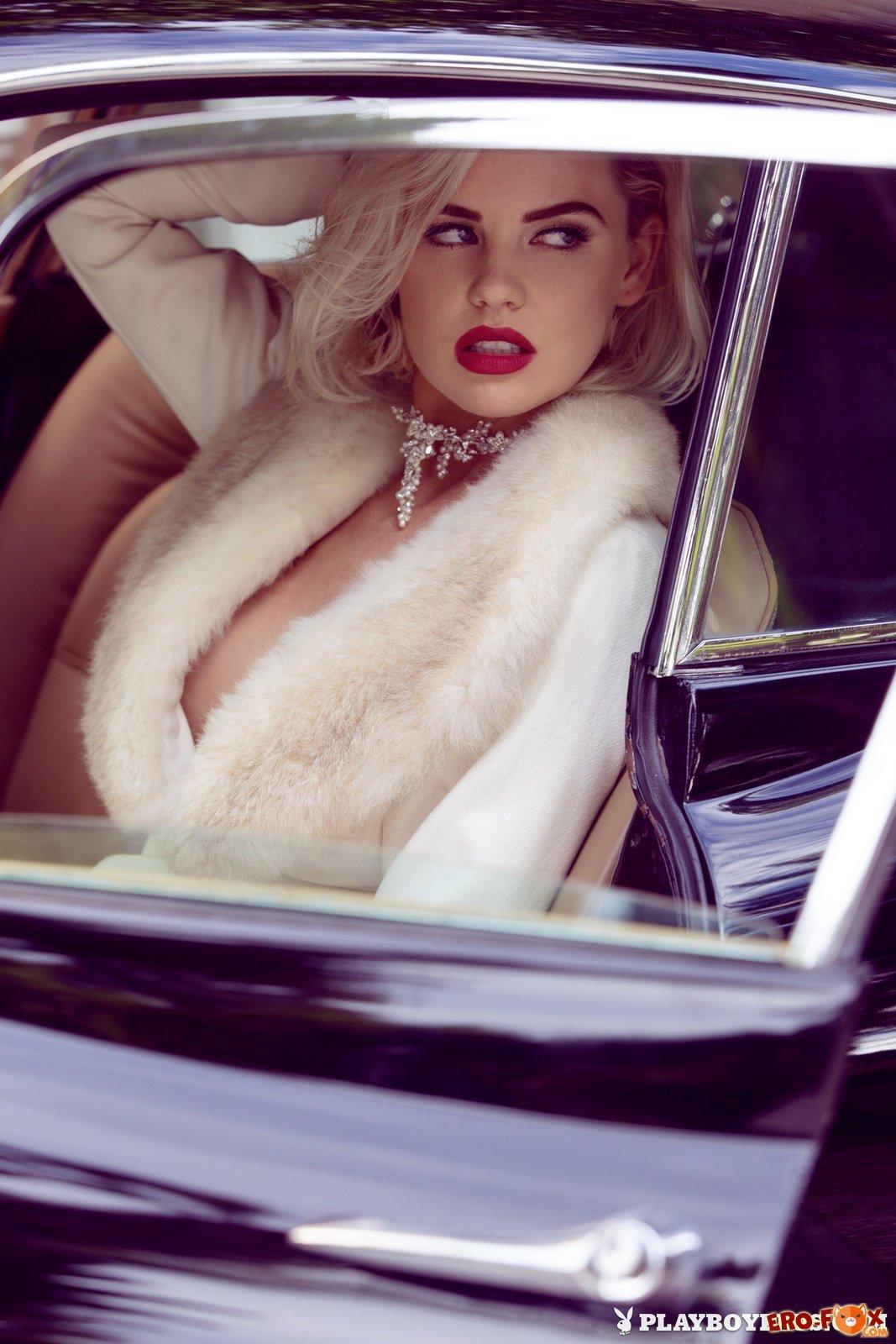 ретро эротика в старом автомобиле - фото блондинки PlayBoy.