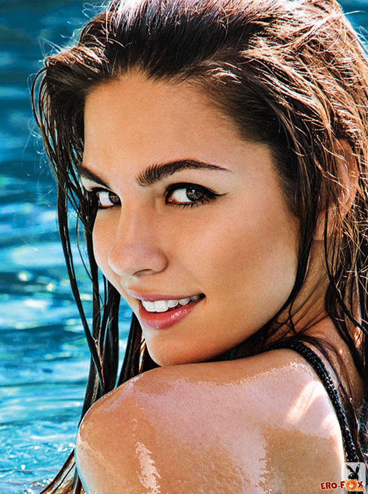 Сексуальная голая девушка в бассейне отеля - фото эротика.