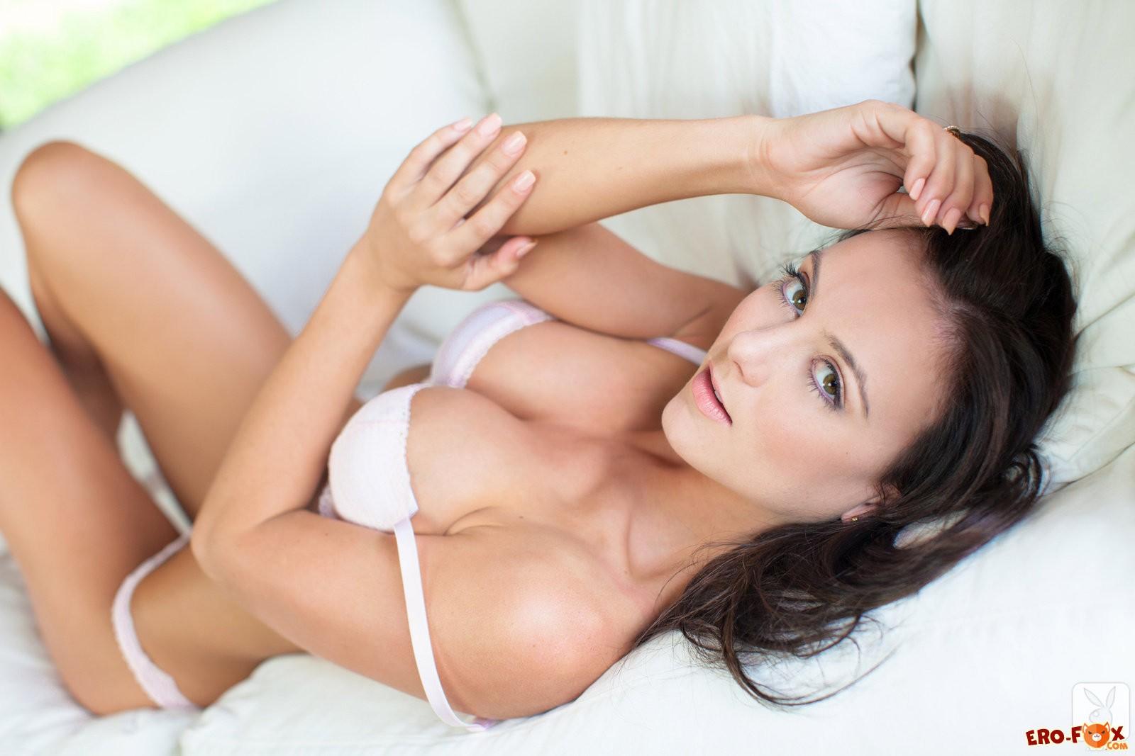 Красивая брюнетка в белом нижнем белье - фото эротика.