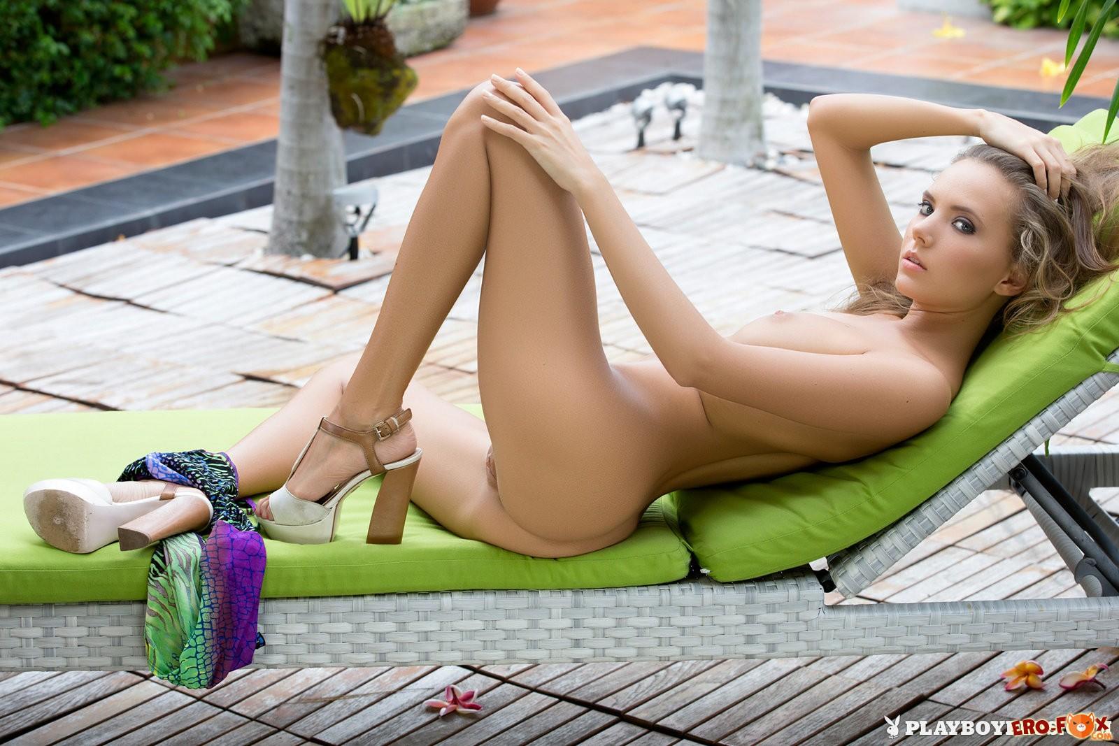 Молодая блондинка PlayBoy без трусиков - фото эротика.