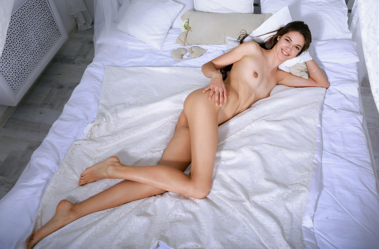 Сексуальная худышка с влажной бритой писькой - фото