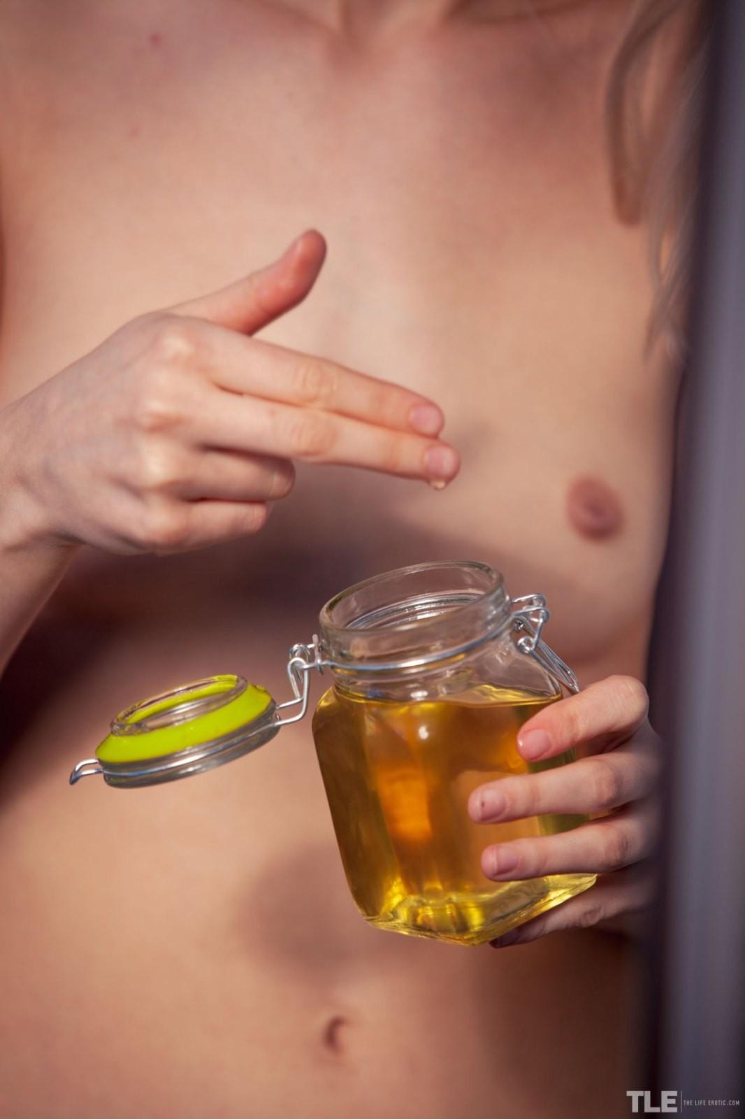 Измазала сочную киску маслом - фото