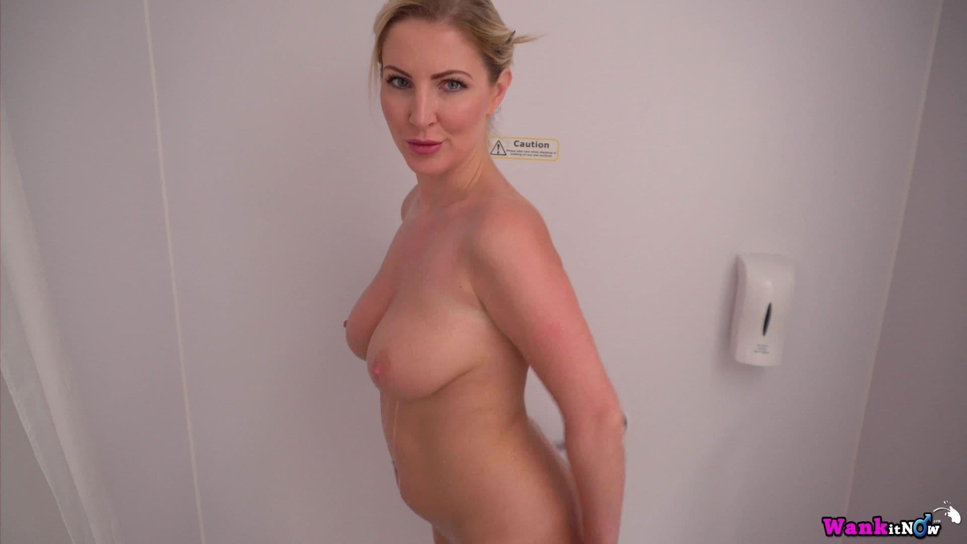 Зрелая блондинка с крупной жопой намылила письку - фото