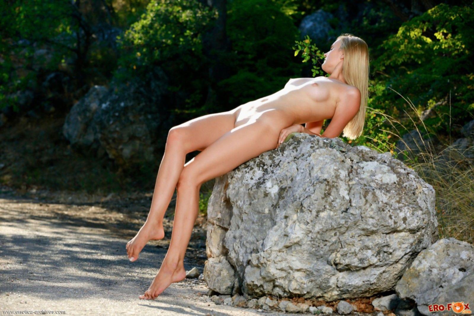 Блондинка с сексуальным телом на природе - фото