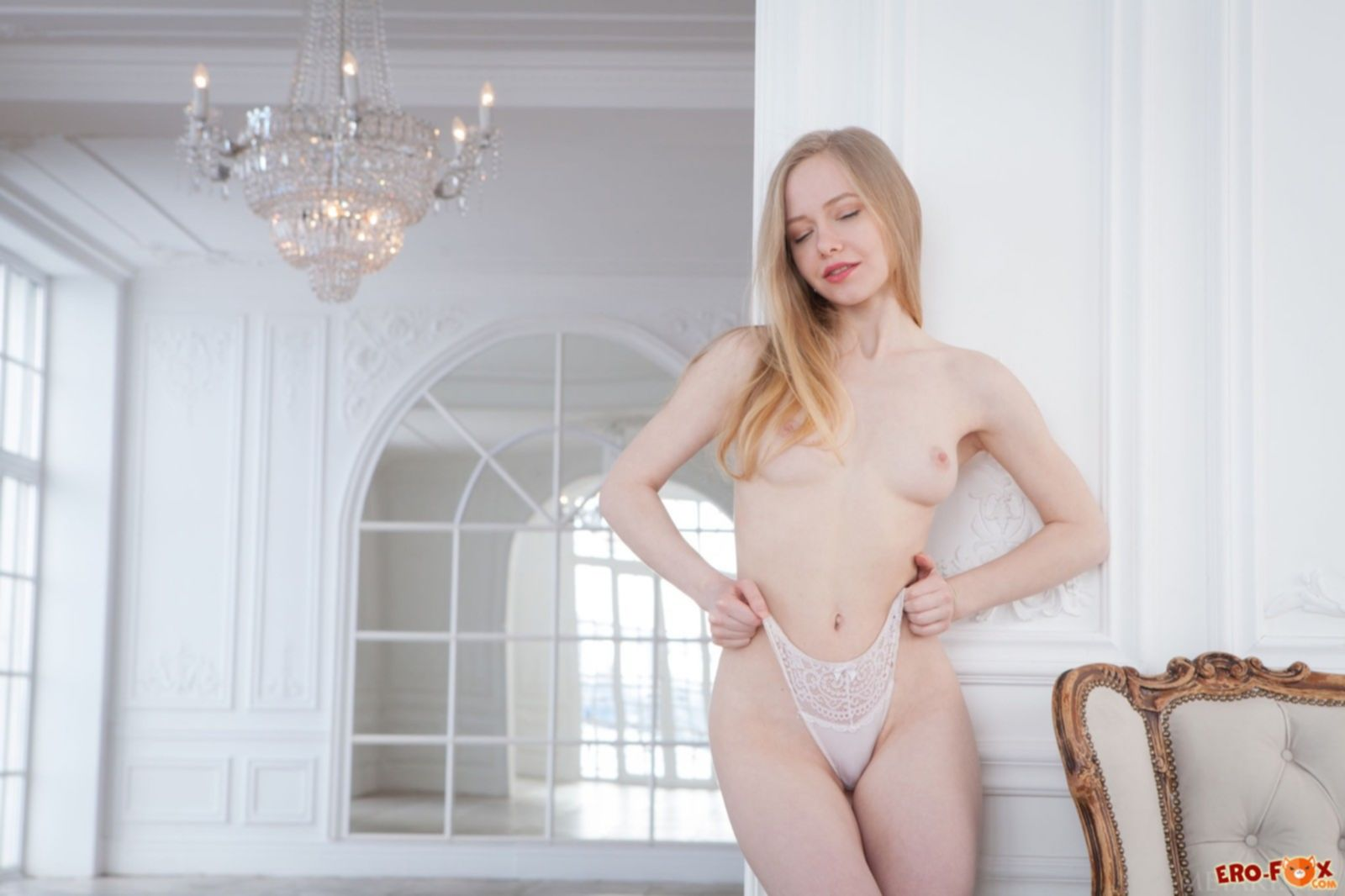 Сексуальная блондинка раздевается на камеру - фото