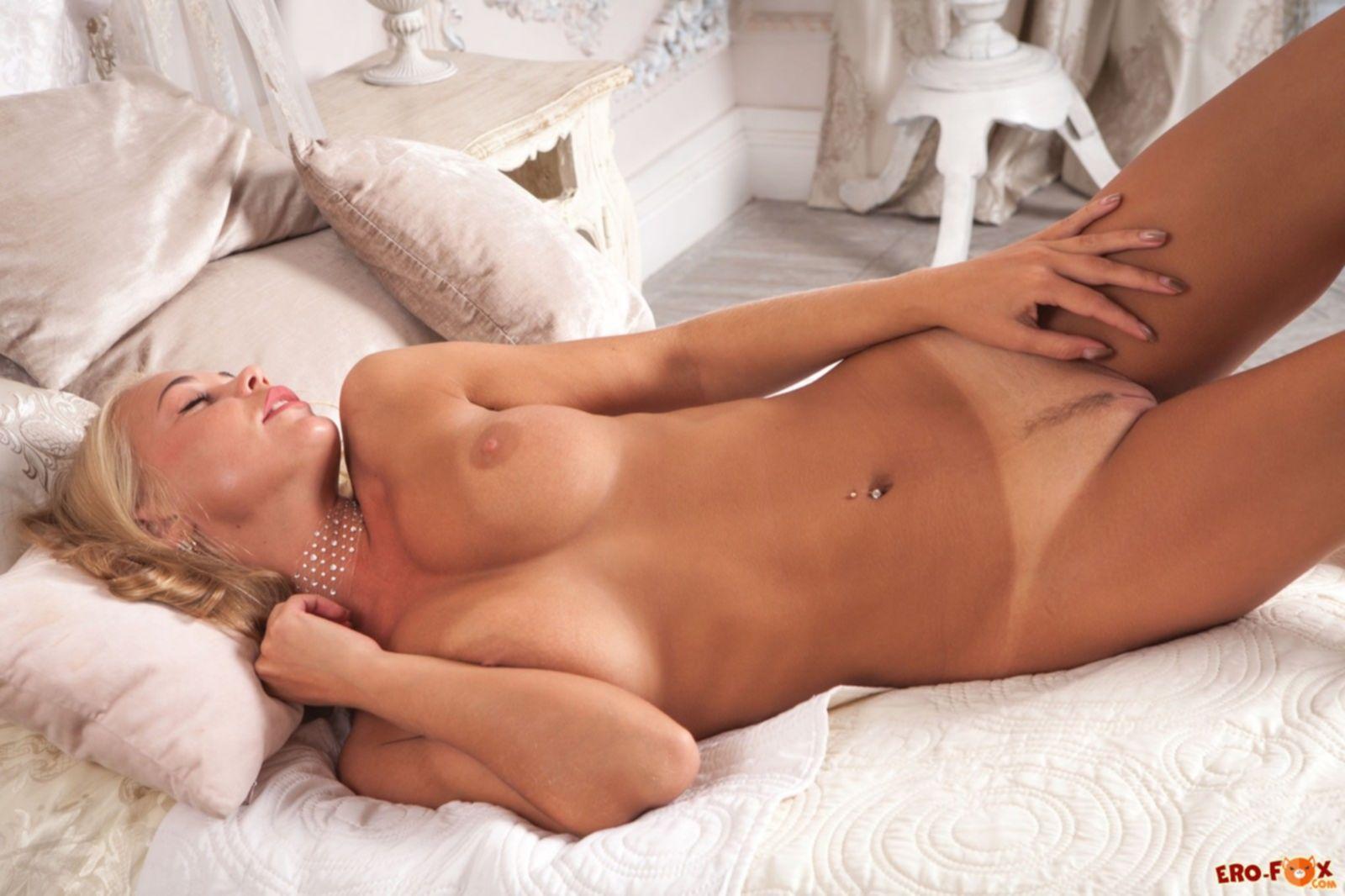 Аппетитная блондинка с крупными сиськами и попой - фото