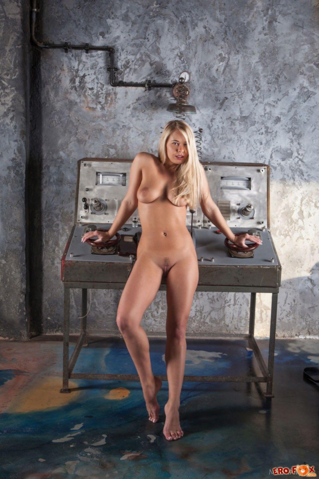 Сочная блондинка с красивой попой и сиськами - фото