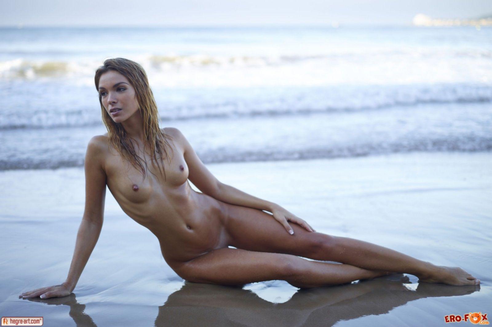 Худая голая девушка резвится на пляже - фото эротика.